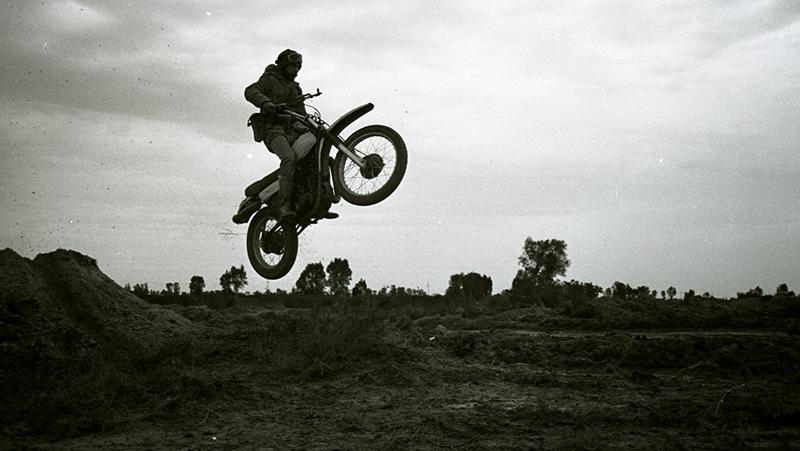 «خاطرات موتورسیکلت» باید اکران عمومی شود/ تمجید کارگردان «گاندو» از مستند «خاطرات موتورسیکلت»